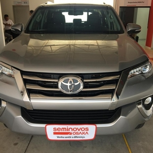 Toyota HILUX SW4 2.8 SRX 4X4 7 LUGARES 16V TURBO INTERCOOLER DIESEL 4P AUTOMATICO